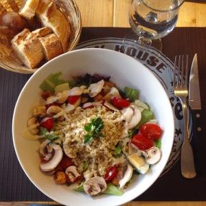 Salade végétarien avec du quinoa et des champignons crus.
