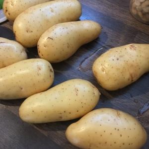 Laver puis sécher les pommes de terre.